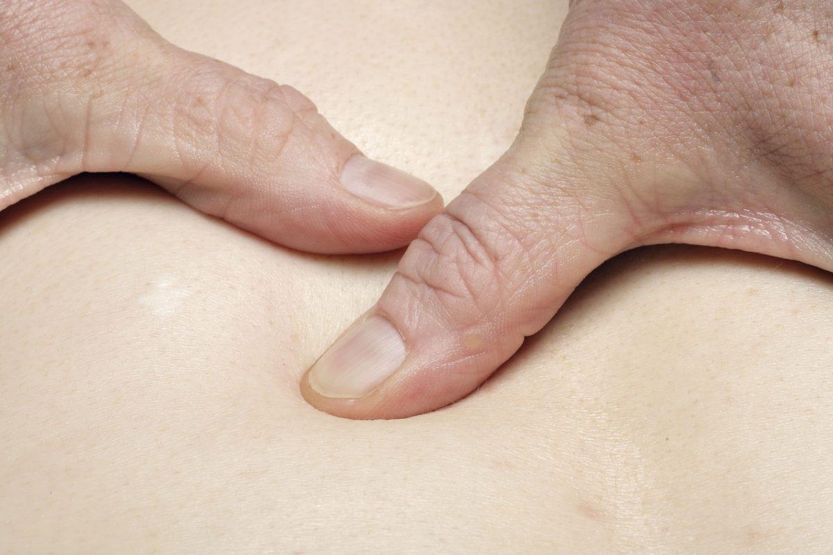 Как да се избавите от болка в корема с масаж?